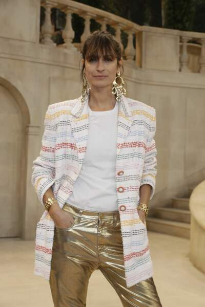 Uene mise en beauté naturelle pour la top et icone de la mode Caroline de Maigret au défilé Chanel.