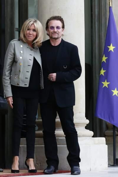 24 juillet 2017 : Brigitte Macron en slim noir et blazer pour rencontrer Bono