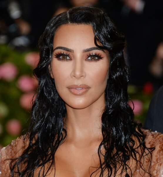 Kim Kardashian raffole de l'huile capillaire OUAI pour avoir de beaux cheveux.