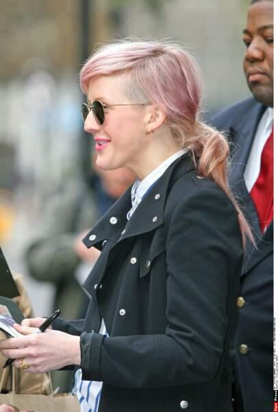 La chanteuse Ellie Goulding a donné une petite touche rock à son look avec ce rose pastel en all over
