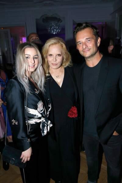Darina Scotti et David Hallyday entourent leur mère Sylvie Vartan après son concert à l'Olympia en septembre 2017