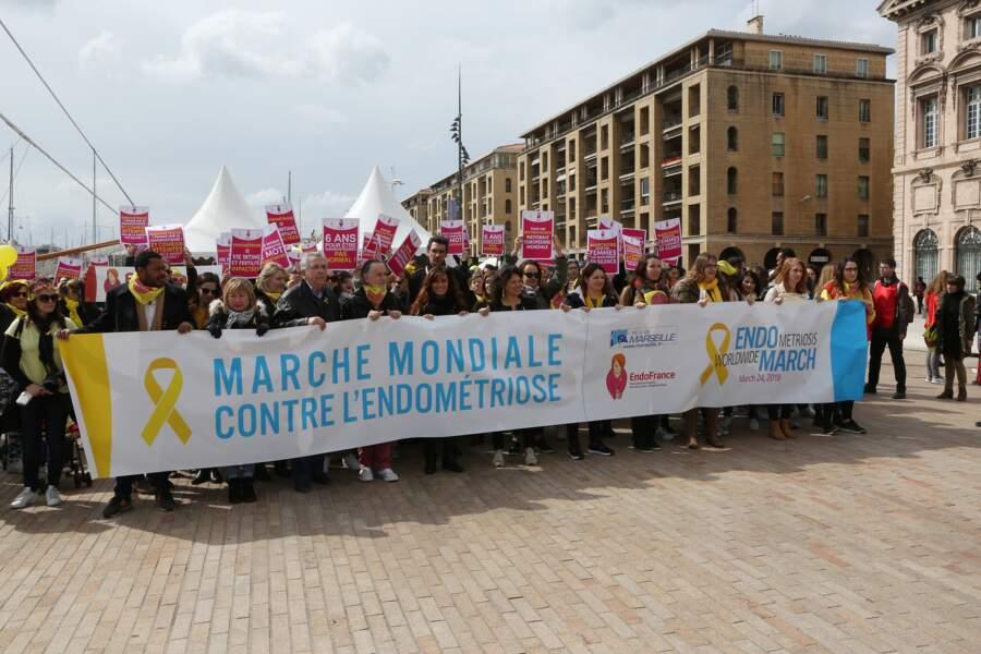Laetitia Milot en plein défilé lors de la marche mondiale contre l'endometriose