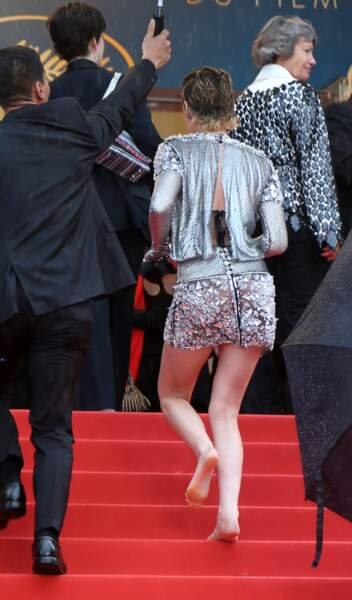Kristen Stewart monte les marches sans talons