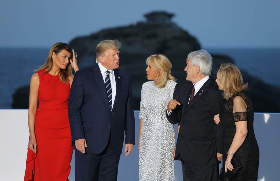 A Biarritz, Brigitte Macron s'amuse avec une coiffure qui revient à la mode : la demi-queue de cheva
