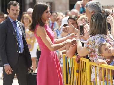 PHOTOS - Letizia d'Espagne fait sensation avec une robe fuchsia