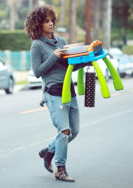 Halle Berry au naturel assume une coupe curly