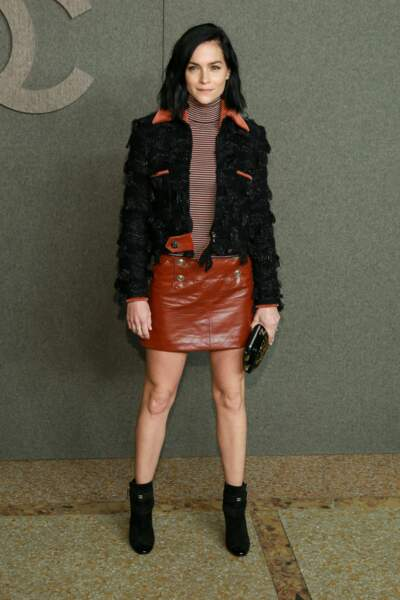 Leigh Lezark en perfecto et jupe en cuir chez Chanel