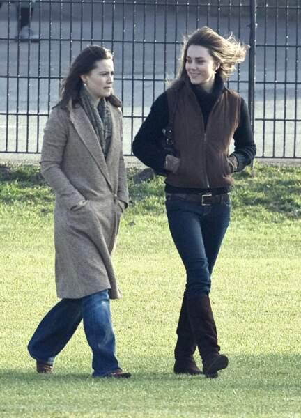 Kate et Pippa assistent à un match de rugby auquel participe le prince William, en mars 2007
