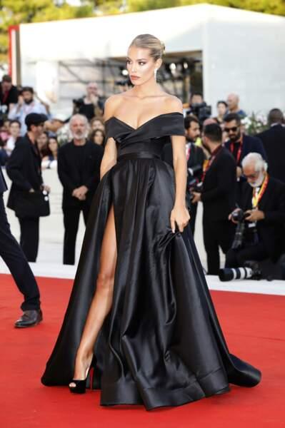 Jessica Goicoechea a fait sensation avec une tenue très échancrée à la Mostra de Venise
