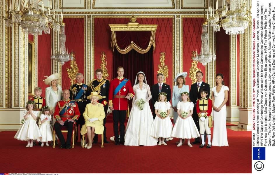 Le prince Charles pose sur la photo officielle du mariage de William et Kate Middleton, le 29 avril 2011 à Londres