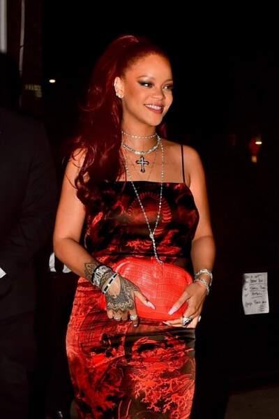 Rihanna n'a pas froid aux yeux et enflamme la Toile avec ses cheveux rouges