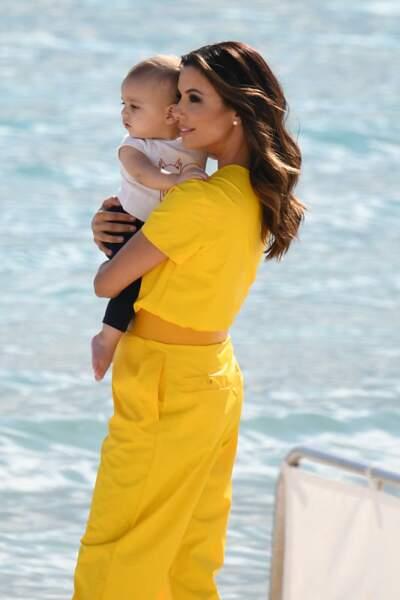 Eva longoria un an après son accouchement avec son fils Santiago