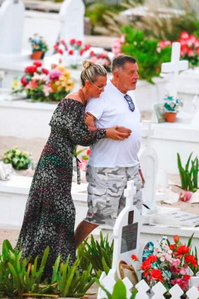 Laeticia Hallyday et Jean-Claude Camus se sont recueillis sur la tombe de Johnny à Saint-Bart le 24 avril 2018