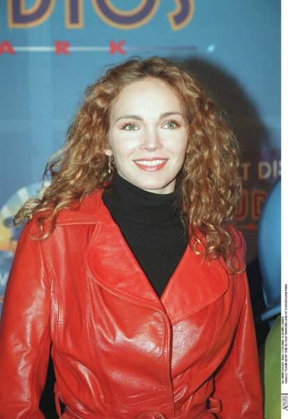 """Claire Keim et sa chevelure châtain ondulée aux jolies reflets caramel, en 2002 à la première de """"Monstres et Cie"""""""
