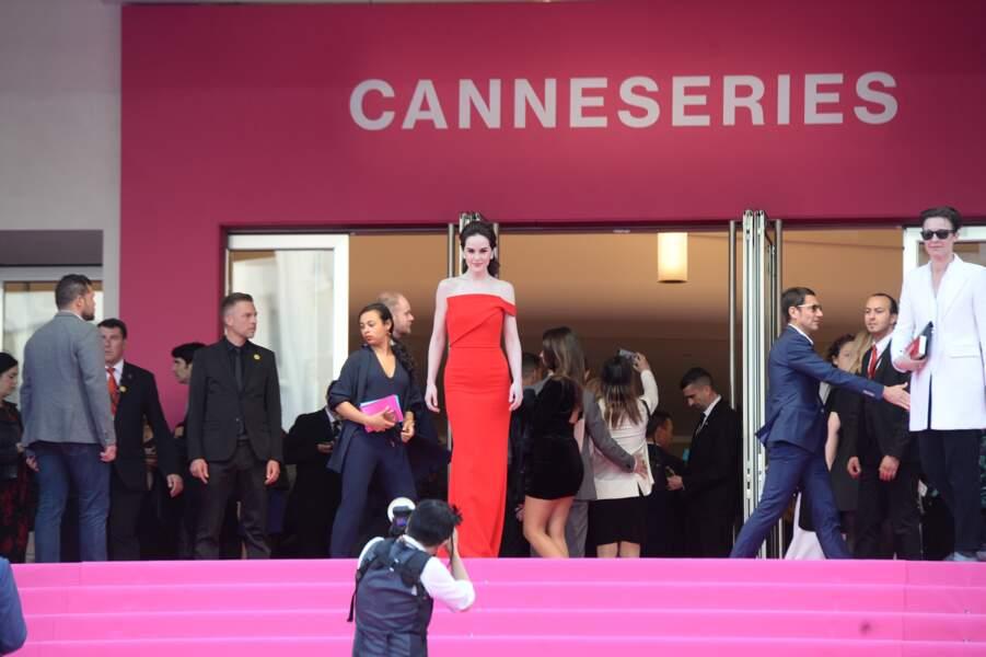 Michelle Dockery domine les marches roses du Palais des Festivals