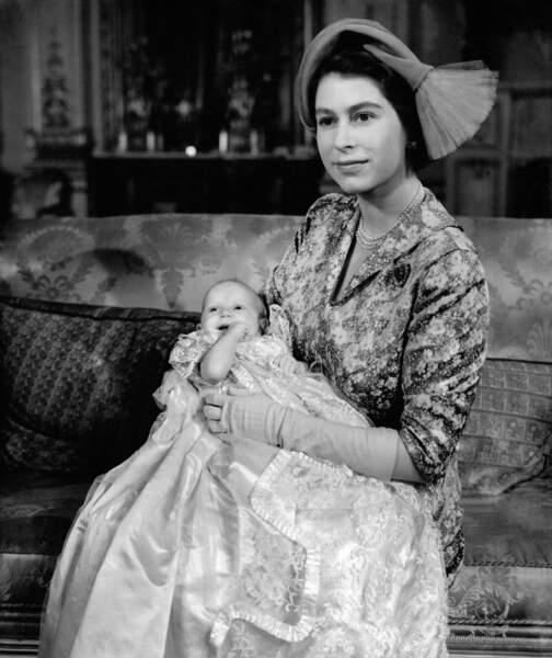 La Princesse Anne dans les bras de sa mère Elizabeth lors de son baptême, le 21 octobre 1950 a Londres