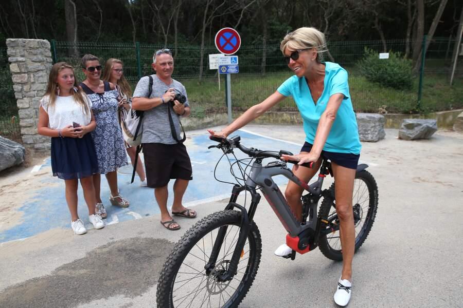 Brigitte Macron mise sur une paire de baskets blanches avec un short court pour faire du vélo