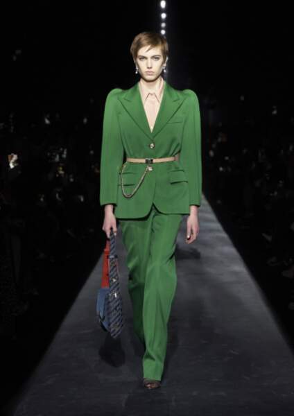 Givenchy repense le costume féminin avec des épaulettes arrondies. Un look pour à porter de jour comme de nuit !