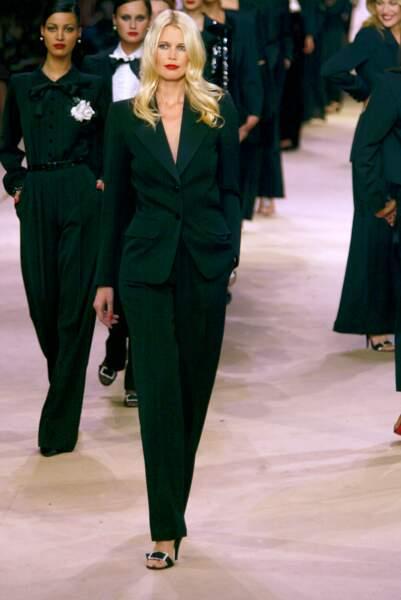 Claudia Schiffer lors du dernier défilé d'Yves Saint Laurent