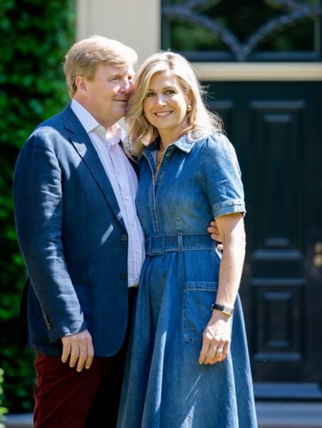 Le roi Willem-Alexander et la reine Maxima, enlacés dans les jardins de la villa royale le 13 juillet 2018