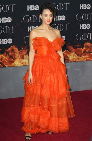 Nathalie Emmanuel sublime avec une bouche rouge et sa robe bustier orangée