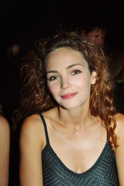 Claire Keim et ses cheveux bouclés aux reflets cuivrés, au défilé Hervé Leger à Paris en 1999