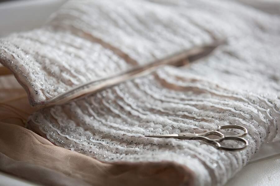 Une robe entièrement brodée de galons nuancés du gris perle à l'anthracite