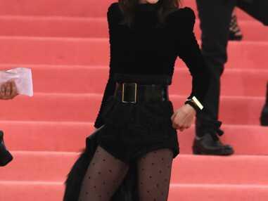 PHOTOS - Charlotte Gainsbourg, glam rock en micro-short et bottes à plumes au Gala du Met