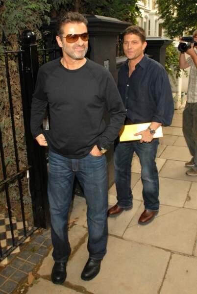 2006: George et Kenny, dans le quartier londonien de Primrose Hill, amusés par les flashes des paparazzi.