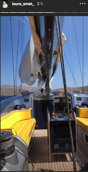 Laura Smet serait-elle seule sur ce voilier ?