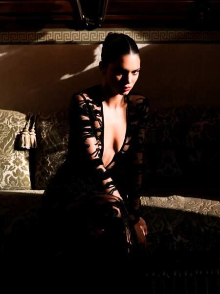 A l'Opéra Garnier, Kendall Jenner s'est prêtée à une séance photo arty dans sa robe ultra décolletée.