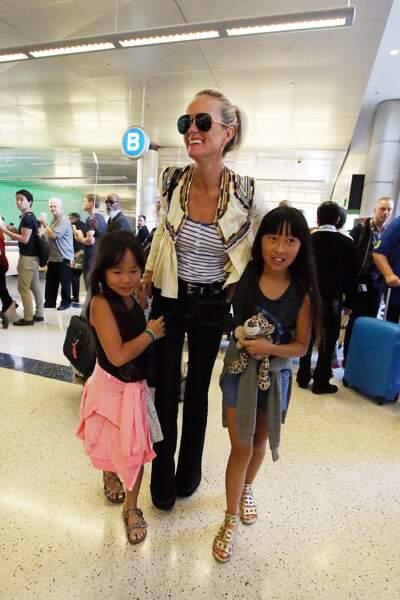 Laeticia Hallyday est accueillie par ses filles Jade et Joy à son arrivée à l'aéroport de Los Angeles le 15 mai 201