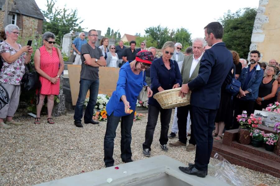 Ariane entourée de Dorothée et Jacky aux obsèques de François Corbier au cimetière de Serez, le 5 juillet 2018.