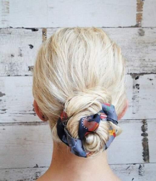 Torsadez vos longueurs avec un foulard pour obtenir ce sublime chignon bouton de rose