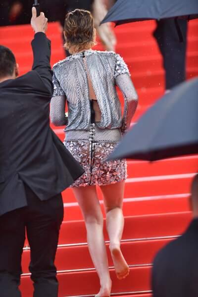 Kristen Stewart a ôté ses talons avant de monter les marches