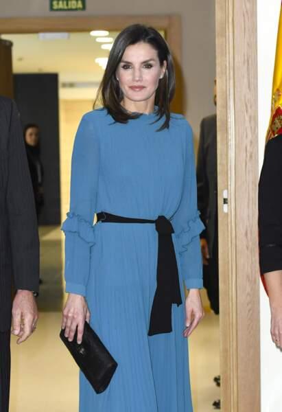 La reine Letizia d'Espagne radieuse dans une robe longue bleue Zara soldée à 12,99 €