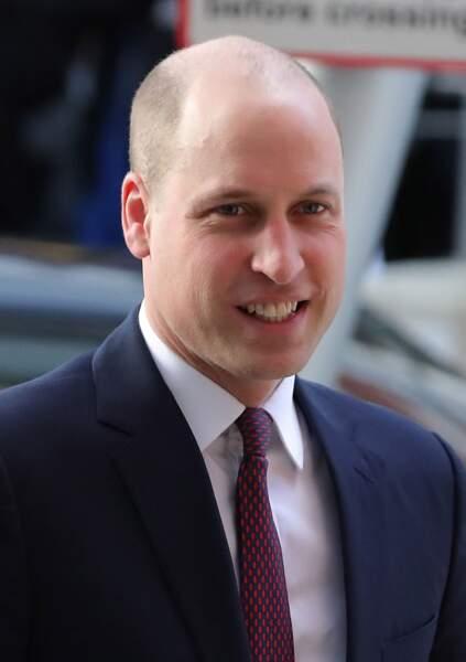 avec le crane rasé, le prince William semble avoir un visage plus rond