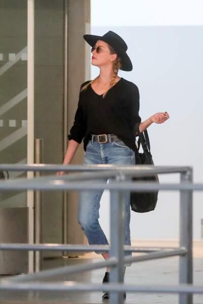 A la sortie de l'avion, Amber Heard arborait un look casual mais élégant