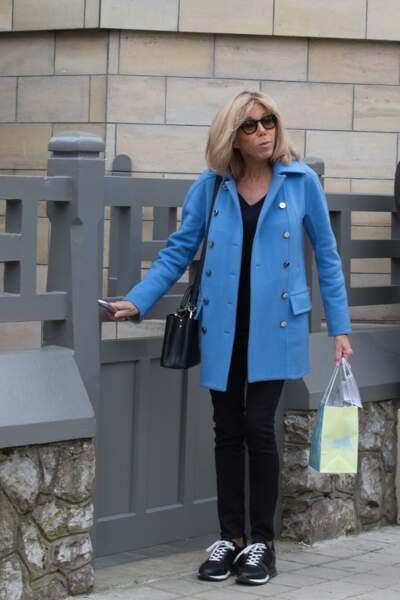 Brigitte Macron casual chic arrive dans sa maison familiale au Touquet