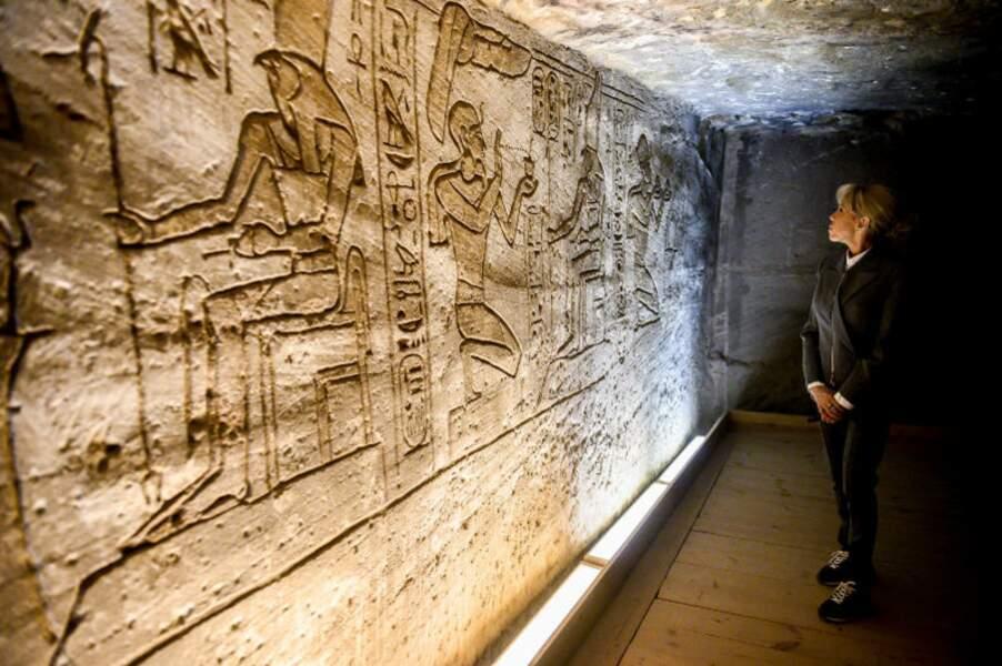 Face aux hiéroglyphes, les lacets de Brigitte Macron semblaient briller dans le noir d'un temple d'Abou Simbel