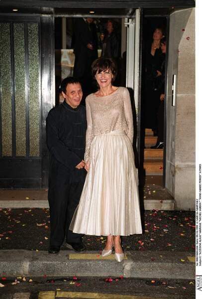 11 octobre 1999 : Anne-Marie Périer avec Azzedine Alaïa qui a dessiné sa robe de mariée