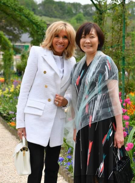 Brigitte Macron radieuse en veste longue blanche signée Alexandre Vauthier et un nouveau carré blond à Giverny