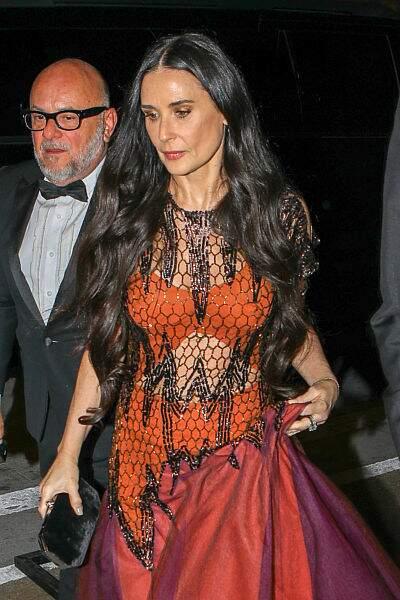 Demi Moore très classe dans une robe orange et noire