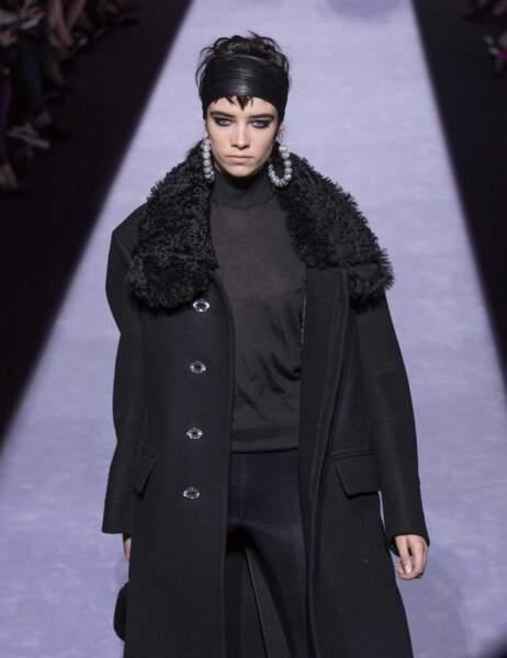 Regard ultra black, foulard en cuir retenant les cheveux et créoles XXL, pas de doute, Tom Ford aime les années 80