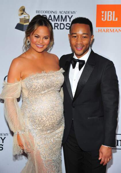 Chrissy Teigen enceinte en robe bustier doré et son mari John Legend