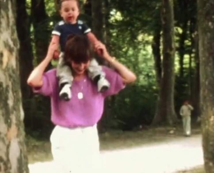 Grégory Lemarchal sur les épaules de son père
