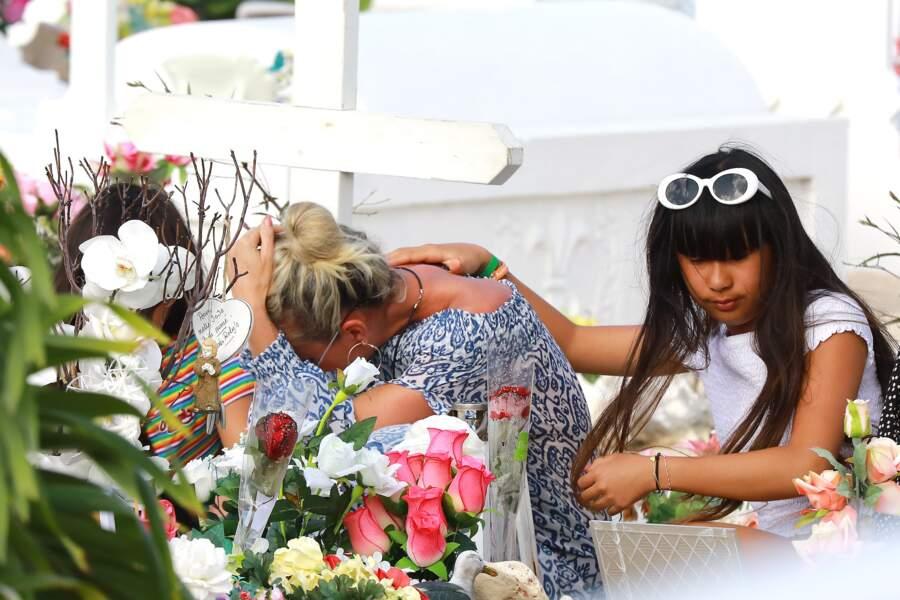 Laeticia Hallyday, avec Jade et Joy : de retour à Saint-Barth, elles se recueillent sur la tombe de Johnny