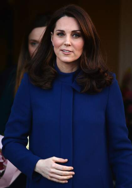 Kate Middleton, radieuse, dans un manteau bleu marine au col très détaillé