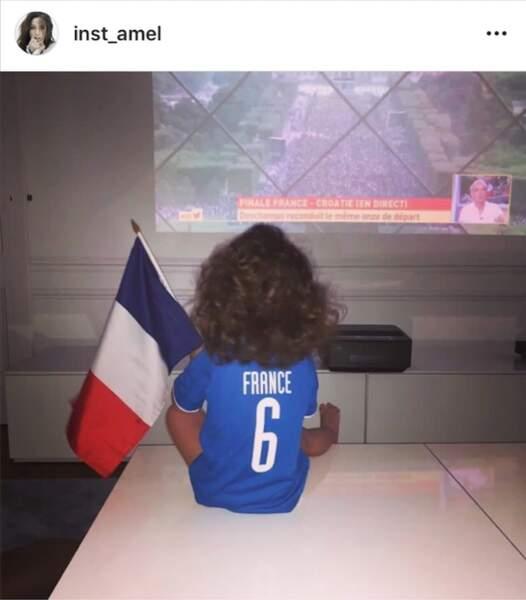 Amel Bent regarde le match en famille