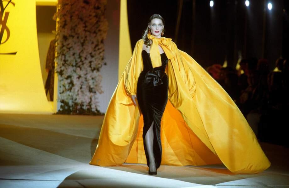 En robe fendue et une impressionnante cape XXL, lors du défilé haute couture YSL à Paris en 2002